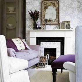 Сиреневый диванчик небольшого размера перед камином в зале