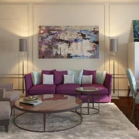 Светлый ковер на теином полу в гостиной