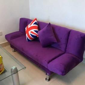 Удобный диванчик у стены в гостиной