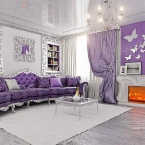 Дугообразный диван с серебристым декором