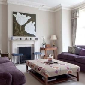 Два дивана в гостиной с камином