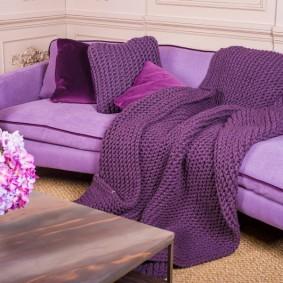 Фиолетовая шаль на сиреневом диване