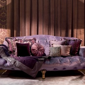 Мягкая мебель в гостиной с коричневыми стенами