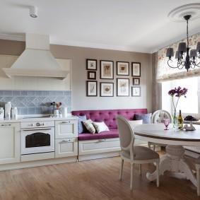 Встроенный диван в просторной кухне
