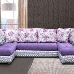 Пестрые подушки на П-образном диване в зале