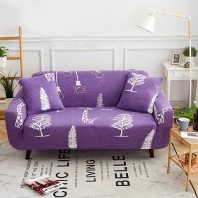 Интересный коврик с надписями перед диванчиком в зале