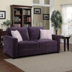Светлые подушки на темно-фиолетовом диване