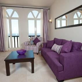 Диван в гостиной с арочными окнами