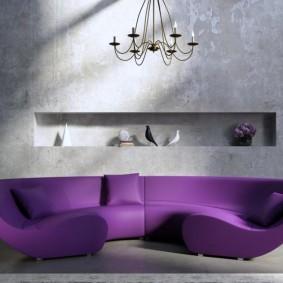 Декоративные предметы в нише серой стены