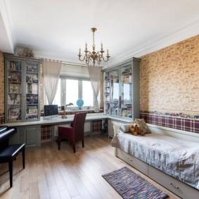 Коричневые обои в комнате классического стиля