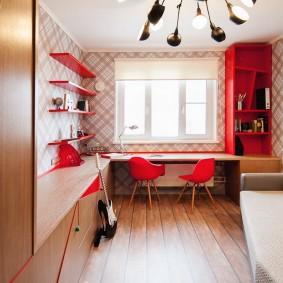Красные стулья перед окном комнаты
