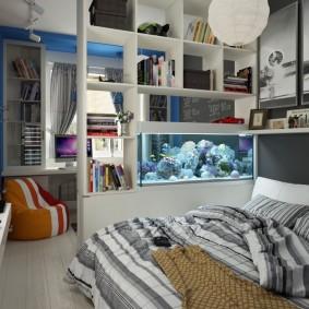 Открытый стеллаж в спальне школьника