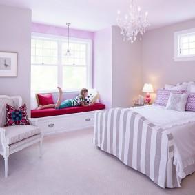 Удобный диванчик под окном в спальне