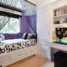 Встроенная кровать под окном комнаты