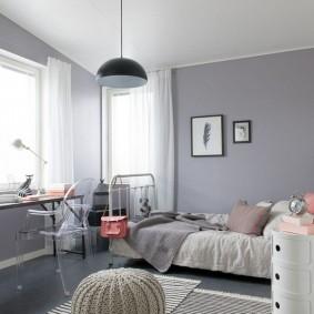 Светло-серые стены в угловой комнате