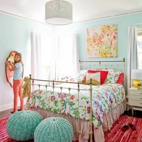 Яркая комната для девочки школьницы