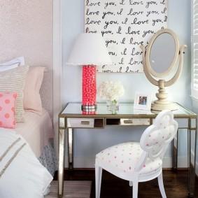 Туалетный столик в спальне юной модницы