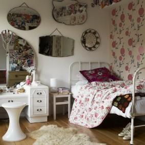 Зеркала на стене спальной комнаты для школьницы
