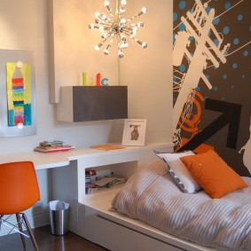 Оранжевая подушка на кровати девочки
