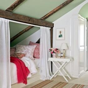 Белые шторы на деревянной балке