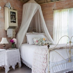 Балдахин из легкой ткани над кроватью в спальне
