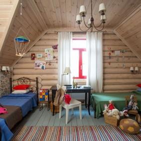 Детская комната с деревянной отделкой
