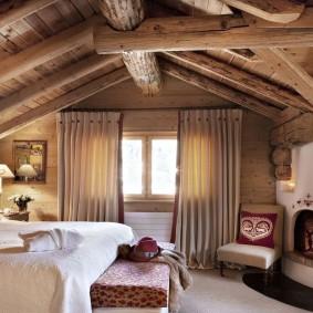Мощные деревянные балки на потолке спальни