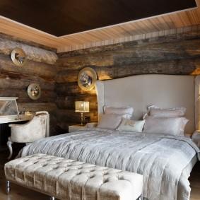 Белая кровать в комнате с грубой отделкой