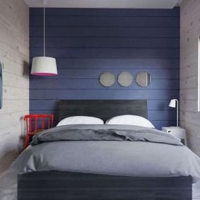 Синие доски на акцентной стене спальни