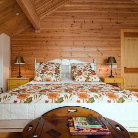 Яркое покрывало на кровати в деревенской спальне