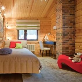 Красное кресло в спальне с кирпичной трубой
