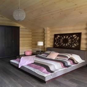 Бескаркасная кровать на полу в спальне