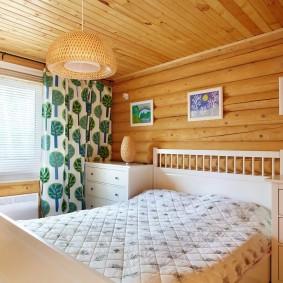 Светлая комната с белой кроватью