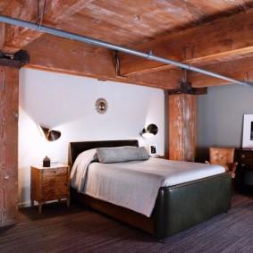 Труба на деревянных балках в спальне