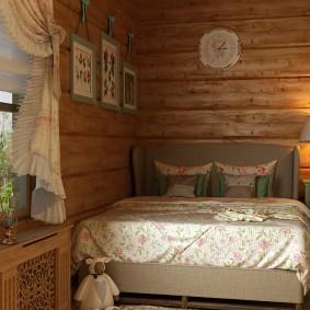 Кровать в углу спальни в сельском доме