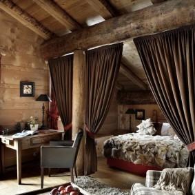 Зонирование частного дома шторами из плотной ткани