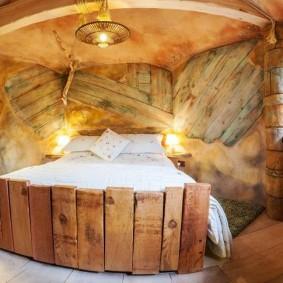 Деревянная спинка широкой кровати