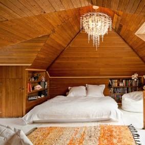 Хрустальная люстра на деревянном потолке