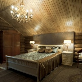 Свет в спальной комнате в доме из дерева