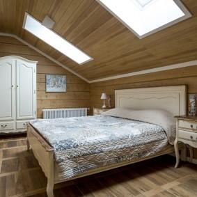 Мансардные окна над кроватью в доме