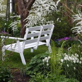 Белая скамейка на приусадебном участке