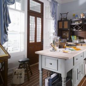 Кухонный остров в виде деревянного столика