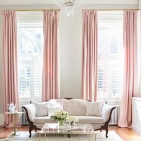 Розовые занавески на высоких окнах