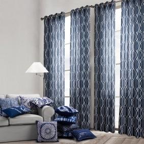 Плотные шторы на окнах в спальне