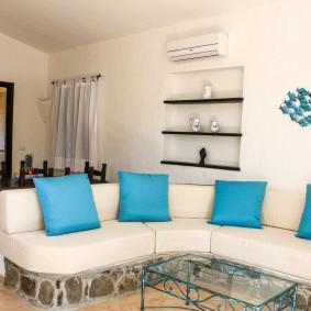 Голубые подушки на угловом диване