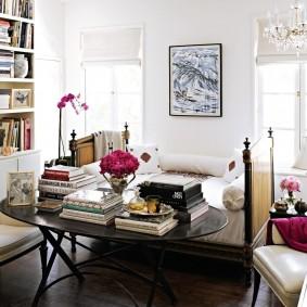 Стопки книг на овальном столе