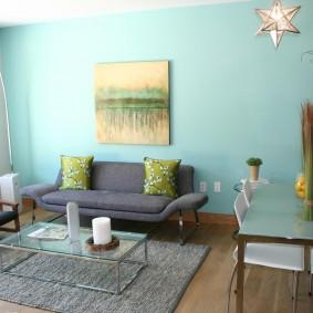 Квадратная картина на голубой стене