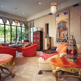 Яркая мебель в большой гостиной