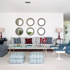 Круглые зеркала на стене гостиной