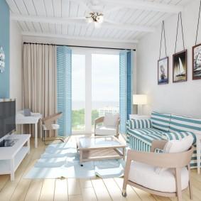 Полосатый диван в небольшой комнате